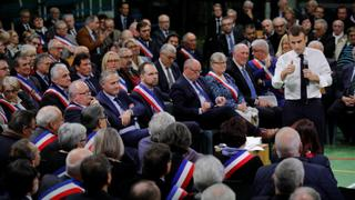 France Debate: Macron starts campaign to calm 'yellow vests'