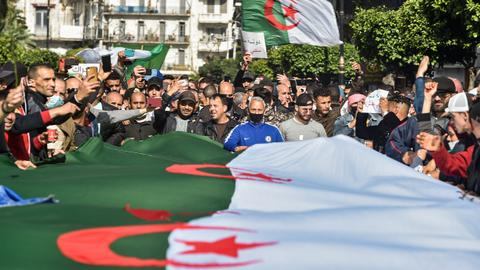 Thousands pour onto the streets of Algeria in fresh protests