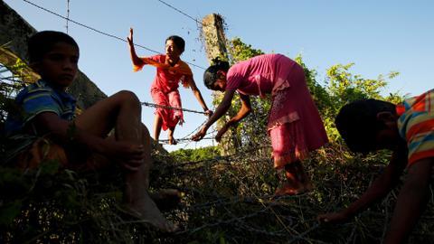 Traumatised, thousands more Rohingya flee to Bangladesh border