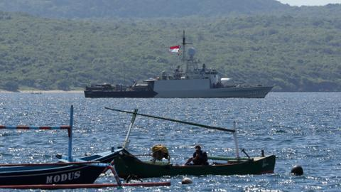 Indonesia's president orders 'optimal' search for missing submarine