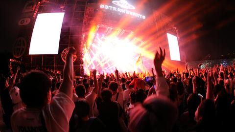 Thousands of people gather for rave in Wuhan