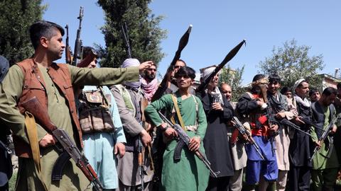 Afghan govt gathers local militias to halt advancing Taliban