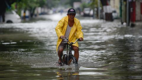 Thousands evacuated as monsoon rains flood parts of Philippines