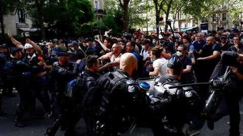 French protesting against Covid measures clash with police in Paris