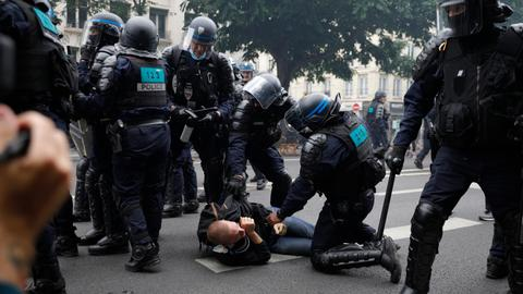 French anti-virus pass protesters clash with police in Paris