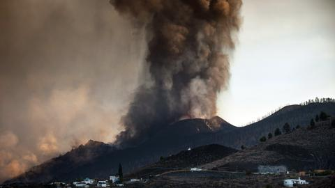 La Palma volcano eruptions shut airport, force more evacuations