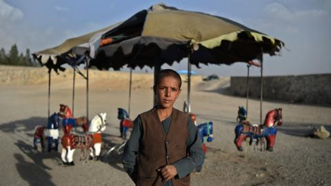 Hunger and cold threaten Afghanistan as aid agencies begin helping out