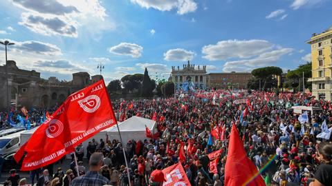 Tens of thousands take to the streets of Rome in anti-fascist rally