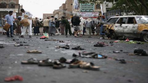 Suicide bomber strikes Yemeni military convoy