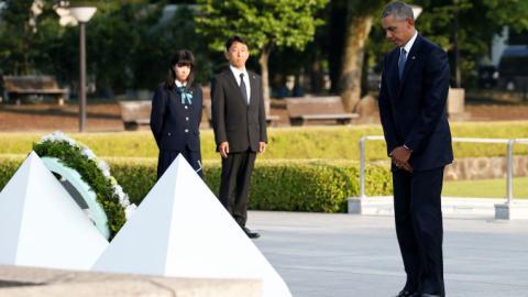 Obama visits Hiroshima memorial, pays tribute to victims