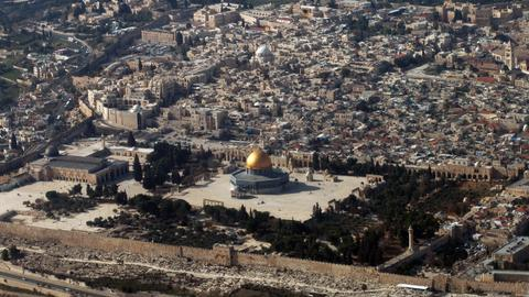 Trump tells Mideast leaders he will move embassy to Jerusalem