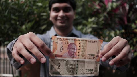 Why India's blind people struggle to recognise new banknotes