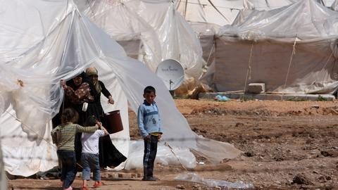 Turkish aid groups work to keep refugees warm