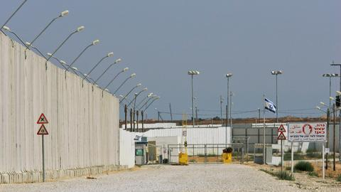 Israel closes Gaza border crossings after 'rocket' strikes