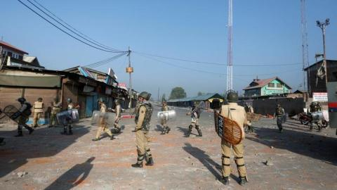 3 dead after Kashmiri fighters ambush Indian military convoy