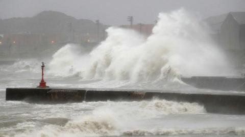 Hundreds of flights grounded as Typhoon drenches Tokyo