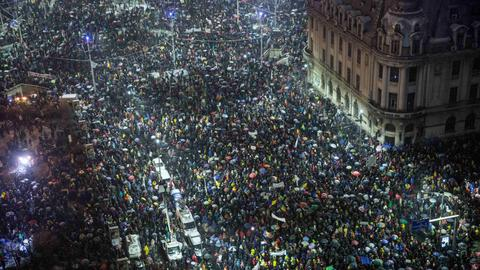 Tens of thousands stage anti-corruption protest in Romania