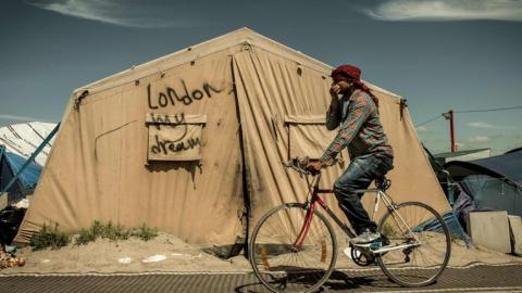 French row over plans to move Calais refugees