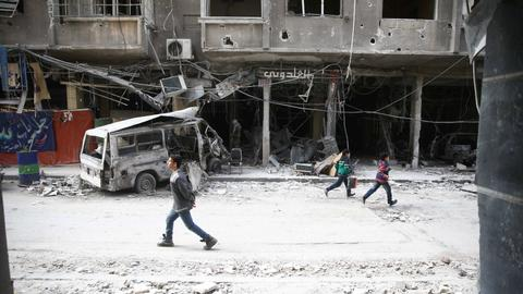Syrian regime cuts off largest town in Ghouta enclave