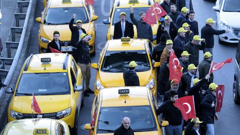 More trouble for Uber as Istanbul taxi drivers protest