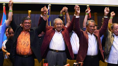 Mahathir's opposition wins majority in Malaysian parliament