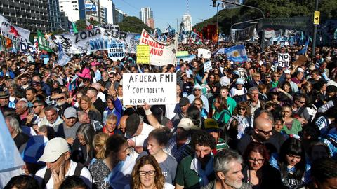 Argentines stage protest against decision to seek IMF help
