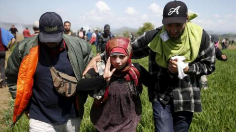 Hundreds of refugees injured in clash with police at Greek border