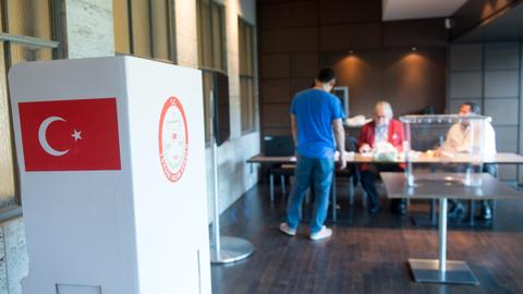 Who are the candidates for major cities in Turkey's local elections?