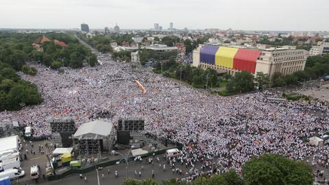 Govt supporters stage rally against anti-corruption 'abuses' in Romania
