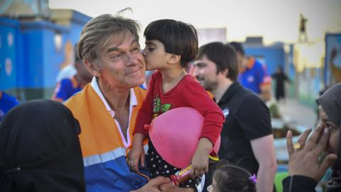 Renowned cardiac surgeon Dr Oz visits Syria's Azaz