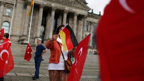 Mesut Ozil's decision sparks debate on identity in Germany