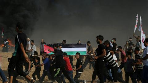 Israeli troops kill one, wound over 200 in Gaza protests