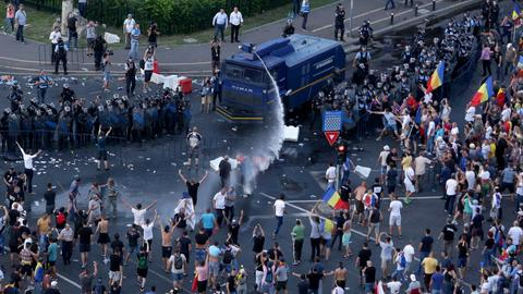 Romanians protest gov't corruption for a second straight day