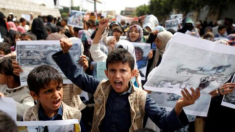Thousands mourn Yemeni children killed by Saudi coalition air strike