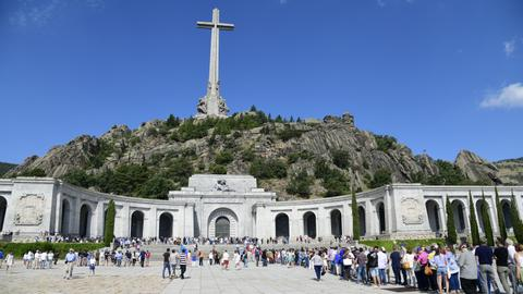 Spain passes decree to exhume Franco from mausoleum