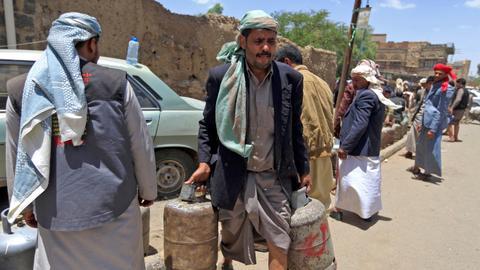 Protests over Yemen's weakening currency paralyse Aden