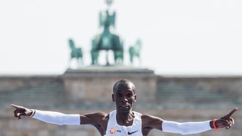Kenyan marathon master Kipchoge smashes world record