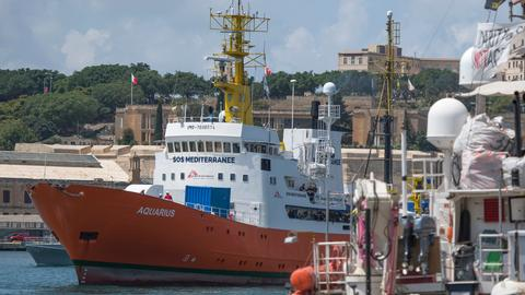 Aquarius rescue ship migrants head for Malta after deal reached