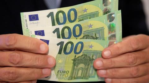 Euro falls to one-week low on Italian budget concerns