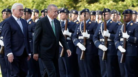 Turkish president received with military honours in Berlin