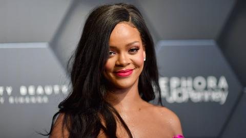 Rihanna urges fans to register for mid-term US vote