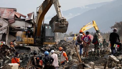Indonesia extends search for quake, tsunami victims