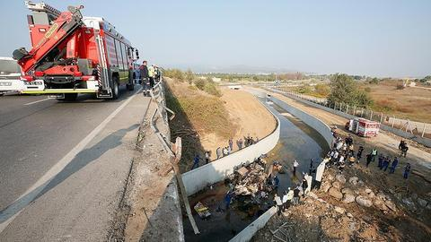Fifteen die after truck carrying migrants crashes in Turkey