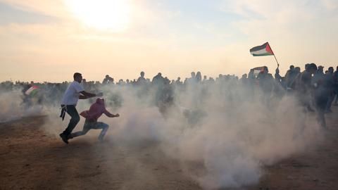 Israeli forces kill Palestinian, injure dozens in Gaza