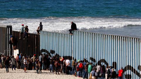 Migrant caravan arrive at Mexico-US border city