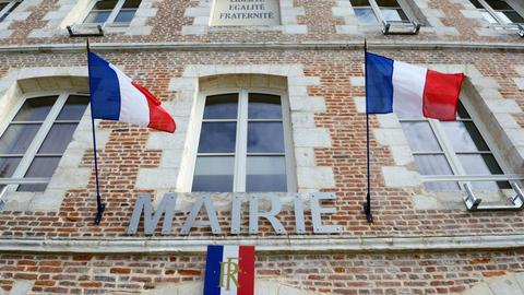 Why are French mayors resigning en masse?