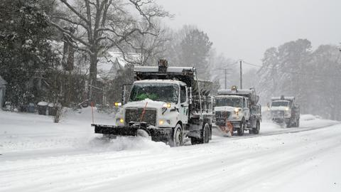 Heavy snow kills 3, knocks out power in US Southeast