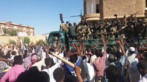 Sudan protesters use social media to mobilise crowds