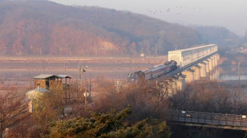 Two Koreas to pledge road, rail links on divided peninsula