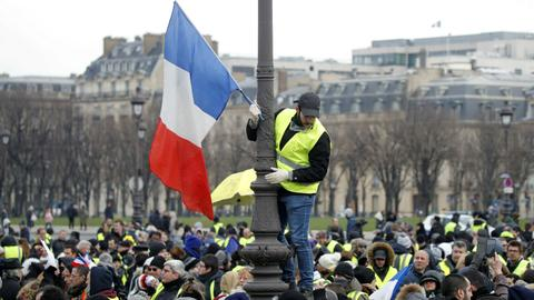 Yellow vests take to the streets again despite Macron outreach